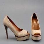 bej yüksek topuklu ayakkabı