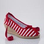 kırmızı çizgili ayakkabı